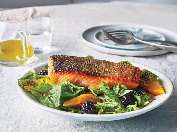 Une nouvelle recherche indique qu'un régime riche en poisson et en légumes active un composé sain pour le cœur