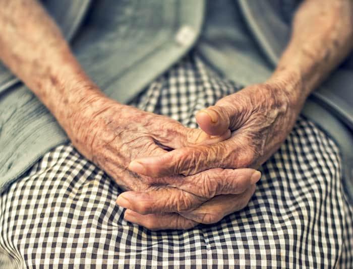 Une personne atteinte de polyarthrite rhumatoïde peut constater que la douleur et la mobilité des articulations s'aggravent avec le temps.