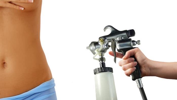 Aplicar bronceado en spray durante el embarazo