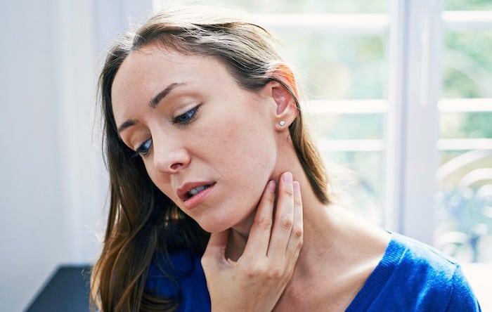 Razões pelas quais você pode sentir dormência apenas em um lado da garganta