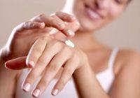 Was kann zu sehr trockenen, rissigen und geschwollenen Fingern führen?