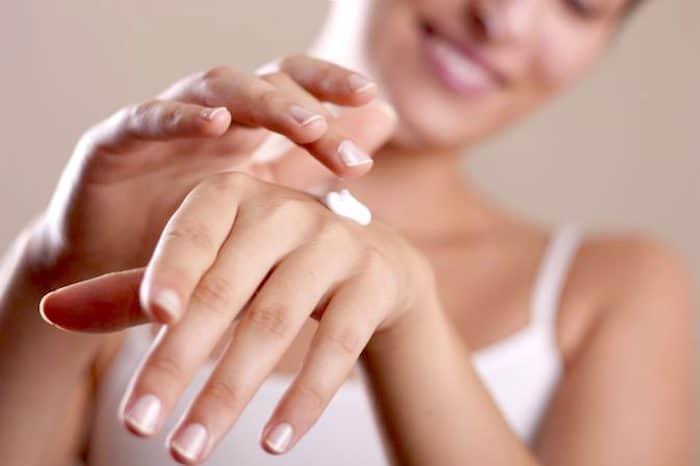 ¿Qué puede causar los dedos muy secos, agrietados e hinchados?