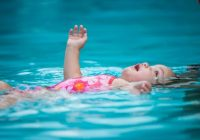 Trockenes Ertrinken kann viele Stunden nach dem Einatmen von Wasser aus einem Becken oder einem anderen Gewässer auftreten