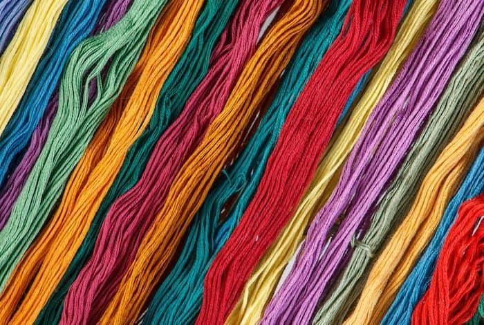 O poliéster é comum em roupas, roupas de cama e tapetes