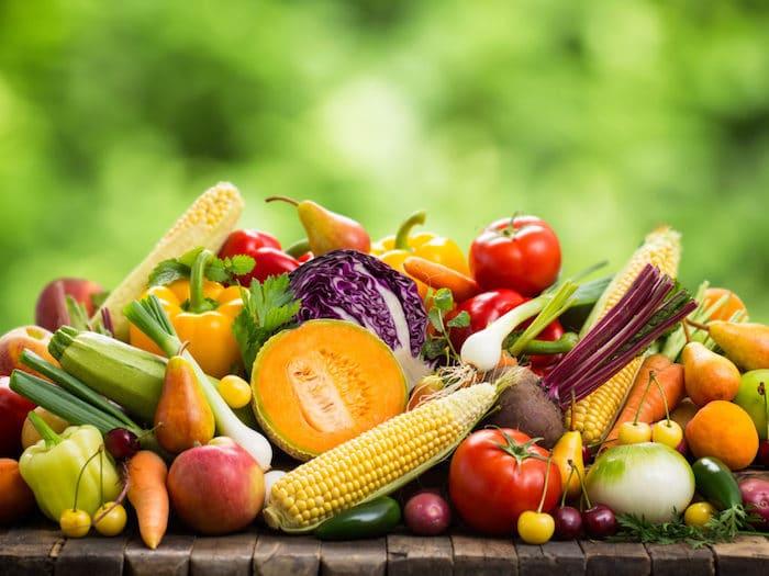 Uma pessoa tem um risco menor de obesidade se sua dieta consistir principalmente em frutas, legumes e grãos integrais