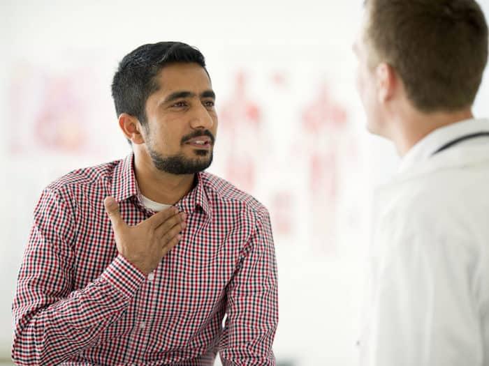 L'œsophagite par l'herpès peut provoquer une douleur due à la déglutition et des plaies au fond de la gorge