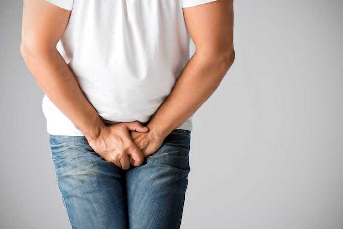Les symptômes de la chlamydia chez les hommes comprennent une miction douloureuse et une éjaculation
