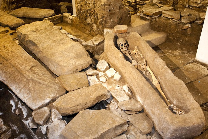 Las prácticas de entierro prehistóricas sugieren que las personas sabían algo acerca de la estructura ósea humana hace miles de años