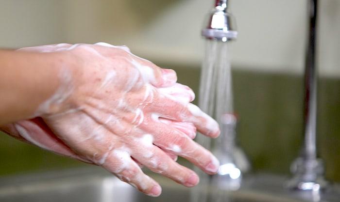 Les barrières aseptiques peuvent inclure des gants stériles, des blouses et des masques pour les chirurgiens