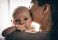 Posibles causas de una masa dura debajo del pezón del niño