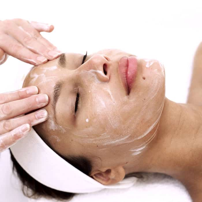 Las mascarillas de clara de huevo pueden potencialmente absorber el exceso de grasa de la piel