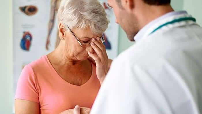 يمكن للطبيب تشخيص وإحالة الشخص الذي يظهر عليه علامات اضطراب تعاطي المخدرات.