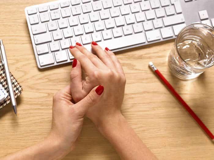 El dolor y la rigidez en las articulaciones son comunes tanto para la artritis reumatoide como para la osteoartritis
