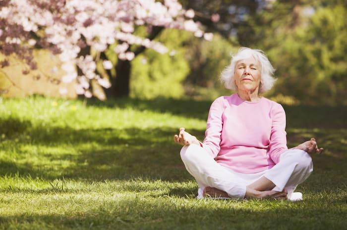 Practicar un tipo de meditación fácil a diario puede aliviar algunos síntomas de demencia.