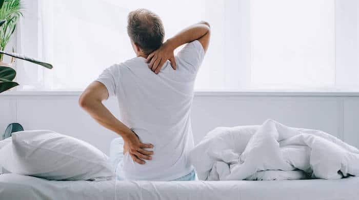 ¿Qué puede causar dolor de espalda por la mañana?